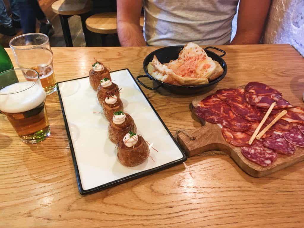 Barcelona - restaurace Taberna Mil Gritos - tapas