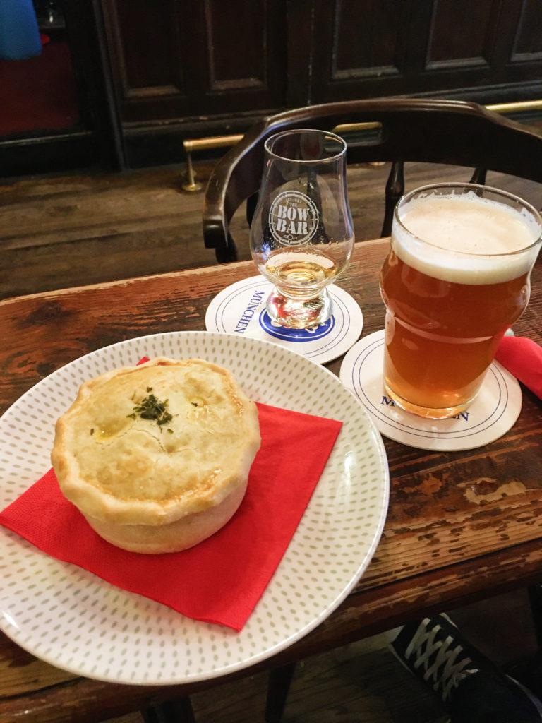 Edinburgh - The Bow Bar - pivo, whiskey a hovězí pie