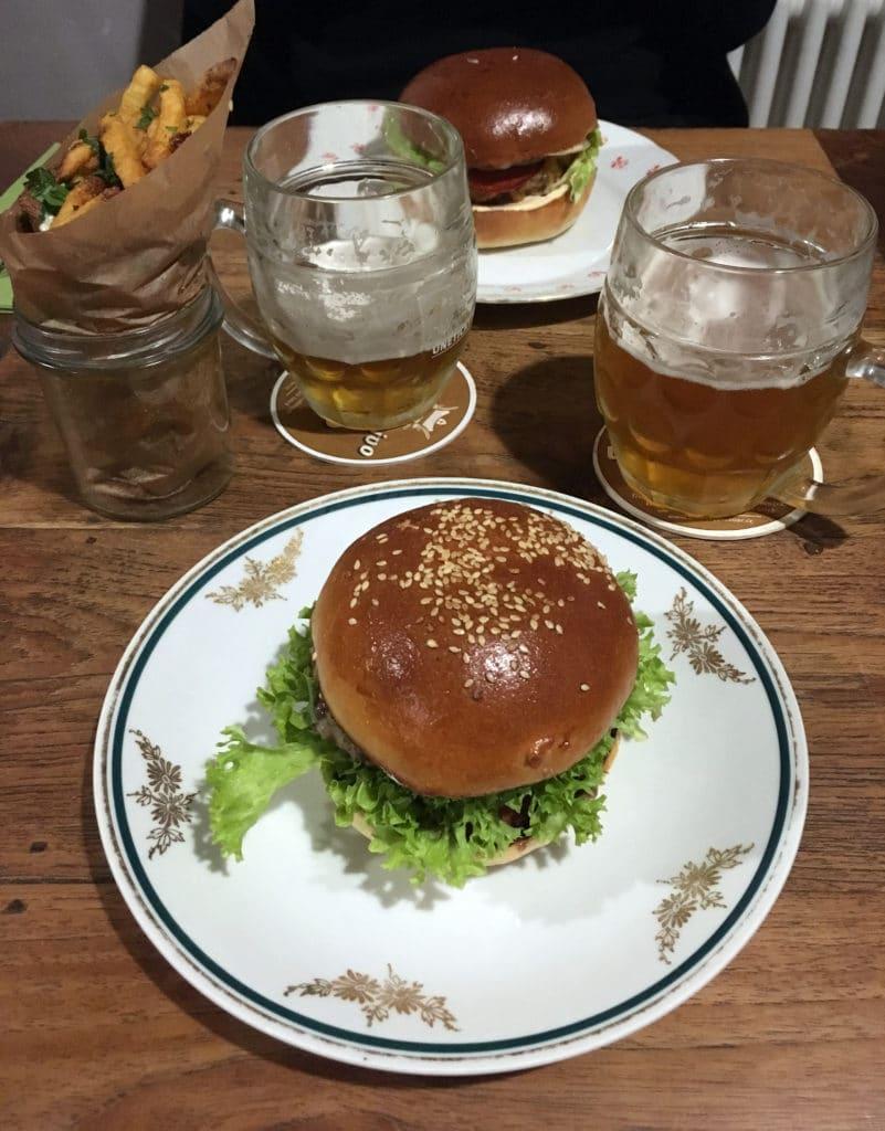 Kam na burger v Praze - Dish burger & česnekové hranolky s petrželí